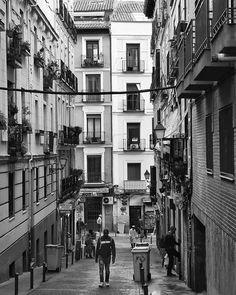 Lavapies... #madrid #places#lugares #people#gente#urbanscenes#escenasurbanas#monocromo #igersmadrid_bn #building #arquitectura #HuaweiP20Pro @huaweimobileesp #spring #primavera