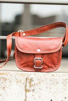 """Nichts kann mehr schiefgehen, wenn """" Mary XXS """" mit von der Partie ist. Die kleine Handtasche aus Ziegenleder kann im angesagten Vintage-Style vollkommen überzeugen."""