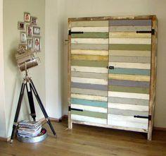 Vervang een deel van je houten meubels voor andere materialen. In dit advies heb ik voor sloophout gekozen, de kleuren van de kast hebben we weer terug laten komen in het interieur. mixinstijl.nl