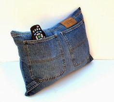 Questo copricuscino realizzato da un paio di vecchi pantaloni in jeans è un bellissimo accesorio decorativo per la tua stanza. Può essere il porta-telecomando, porta-fazzoletti, porta-tutto grazie all