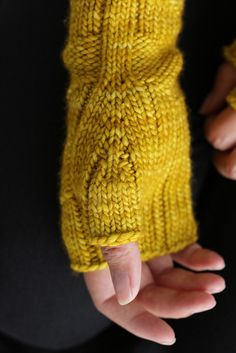 inspiration fingerless mittens Fast Forward Mittens pattern by Simone Bechtold Knitted Mittens Pattern, Loom Knitting Patterns, Fingerless Gloves Knitted, Knit Mittens, Knitting Stitches, Knitting Projects, Hand Knitting, Knitted Hats, Crochet Patterns
