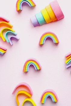 DIY mini wooden rainbow stackers for st. Easy Diys For Kids, Craft Projects For Kids, Crafts For Kids To Make, Crafts For Girls, Art Projects, Craft Ideas, Wooden Wallpaper, Wooden Rainbow, Rainbow Crafts