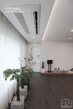 따뜻한 느낌의 모던 빈티지 인테리어, 방배동 신호 나이스 44평 _ 이사 후: 홍예디자인의 거실 Interior Design Living Room, Modern Interior, Bedroom Design, Ceiling Design, House Of Beauty, Interior Design, Home Decor, House Interior, Ceiling Design Bedroom