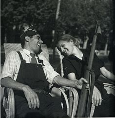 (Gerda Taro) Gerda Pochoril and Robert Capa Ideologically positioned (as antifascists) in front of democratic forces, with the outbreak of the Spanish Civil War (July 17, 1936) traveled together with their partner, photographer David Seymour, in Barcelona, to cover the preparation of war and battlefields; presenting for the first time the events in a simple, human and realistic manner, in  photographic material that circled Europe and America through journals and newspapers
