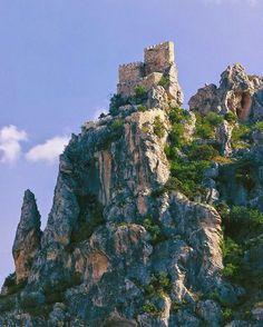 CASTLES OF SPAIN - Castillo de Albanchez de Mágina, Jaén. En 1231 Albanchez fue conquistado por los caballeros de la Orden de Santiago y, en un primer momento, Fernando III lo cedió al Concejo de Baeza. En 1309, Fernando IV lo entregó a la Orden de Santiago, como agradecimiento por su conquista. A princípio del Siglo XIV, se construyó el castillo, que aunque carecía de capacidad para acuartelar tropas, ofrecía unas perspectivas extraordinarias para la vigilancia de la zona.
