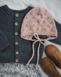 Pat Lefkovith Ankers Jakke & Rigmors Kyse 🌿 Ved I, hvad det bedste ved outfit. Baby Knitting Patterns, Baby Clothes Patterns, Knitting For Kids, Knitted Baby Clothes, Baby Kids Clothes, Knitted Hats, Diy Bebe, Knit Crochet, Crochet Baby