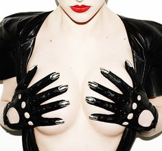 above photo:black leather driving gloves with white gold nails Founded in late London based Dominic Jones Jewellery is fast beco. White Nails With Gold, Black And White Baby, Gold Nails, White Gold, Leather Driving Gloves, Black Leather Gloves, Gold Leather, Pleasure Chest, Photo Black