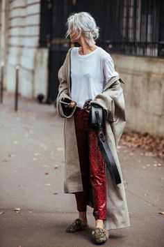 Paris Fashion Week is in full swing. See the best Paris Fashion Week street style from the shows circuit. All the Paris fashion week street style inspiration you need from the shows at PFW. Star Fashion, Look Fashion, Fashion Outfits, Womens Fashion, Fashion Trends, Fashion 2017, Fashion Details, Winter Fashion, Looks Style