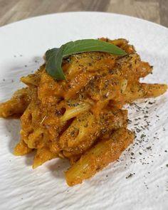 """Ali Chef 🍷 on Instagram: """"🔥Penne al vodka🔥 ¡NO SABE A VODKA TRANQUILOS! Nuestra versión de penne al vodka. ¡Es una receta realmente increíble! — #penne…"""" Penne A La Vodka, Thai Red Curry, Ali, Pizza, Meat, Chicken, Ethnic Recipes, Instagram, Food"""