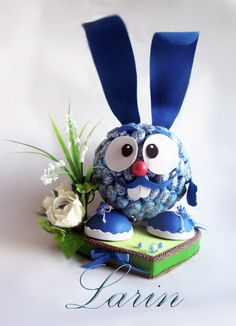 Gallery.ru / Фото #71 - Детские букеты из конфет - larin-dobro Candy Bouquet Diy, Diy Bouquet, Candy Art, Candy Crafts, Christmas Crafts For Kids, Easter Crafts, Friendship Day Gifts, Rabbit Crafts, Chocolate Wrapping