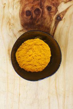 Ouro em pó: Cúrcuma ou Açafrão-da-terra. É uma planta herbácea da família do gengibre (Zingiberaceae), originária da Ásia (Índia e Indonésia). Ajuda a aumentar o fogo digestivo. Pode ser usado para equilibrar os 3 doshas, por ter sabor picante pacifica Vata e Kapha, e o amargo pacifica o Pitta.   Mas em excesso agrava Vata e também Pitta.
