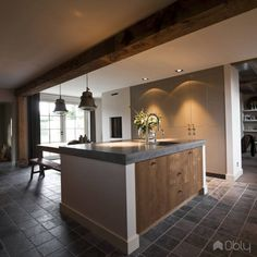 Woonhuis landelijke inrichting Wooden Kitchen, Kitchen Dining, Kitchen Decor, Luxury Kitchens, Home Kitchens, Kitchen Time, Scandinavian Kitchen, Best Kitchen Designs, House Inside