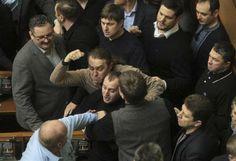 2月21日、ウクライナ議会は大統領の権限を制限する2004年憲法を復活させる案を承認した。議会で同日撮影(2014年 ロイター/Alex Kuzmin) ▼22Feb2014 Reuters ウクライナ議会が2004年憲法復活案を承認、大統領権限制限 http://jp.reuters.com/article/worldNews/idJPTJEA1K00H20140221 #ukraine #ucrania #Kiev #clashes