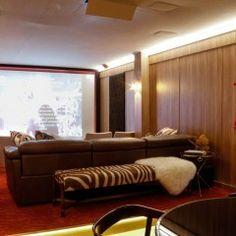 Adriana Giacometti assina a primeira sala de cinema da Casa Cor, o Cinema Boutique. No espaço, cadeiras confortáveis com apoio para copos