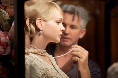 """Carey Mulligan y el director Baz Luhrmann en el set de """"El Great Gatsby"""" (2013). Joyas de Tiffany & Co La encargada del vestuario fue Catherine Martin (Moulin Rouge), llevándose el Oscar al mejor diseño de vestuario en 2014"""