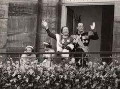 Vorstenhuizen, inhuldigingen, Nederland. Koningin Juliana verschijnt na haar inhuldiging in de Nieuwe Kerk samen met haar gezin op het balkon van het Paleis op de Dam. Amsterdam, 6 september 1948. Samen met prins Bernhard en de prinsessen Beatrix en Irene zwaaien zij het publiek toe.