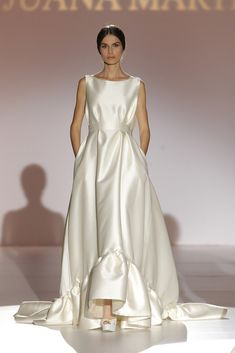 A stunning slik dress with a hint of gathering detail by Juana Martin W Dresses, Dress Vestidos, Fashion Dresses, Bridesmaid Dresses, Formal Dresses, Most Beautiful Wedding Dresses, Perfect Wedding Dress, Beautiful Gowns, One Shoulder Wedding Dress