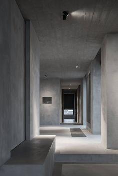 """Los materiales puros y un diseño limpio y atemporal son las señas de identidad del arquitecto belga Vincent Van Duysen (Lokeren, 1962). En sus trabajos siempre combina funcionalidad y confort, dando prioridad a una buena lectura del espacio para construir un lenguaje propio fuera de modas o tendencias. Esa búsqueda de lo esencial se refleja … Continuar leyendo """"El C Penthouse de Van Duysen ofrece una singular panorámica de Amberes"""""""