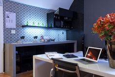 Kitchen - Detalhe da cozinha integrada à suíte inspirada no cantor Ney Matogrosso e criada por Isabela Augusto de Lima e João Meirelles para a Casa Hotel