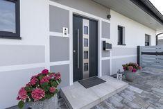 HARTL HAUS Kundenhaus mit Eingangstür von der HARTL HAUS Tischlerei. Garage Doors, Gallery Wall, Outdoor Decor, Home Decor, Houses, Hip Roof, Carpentry, Decoration Home, Room Decor