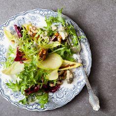 Schöne Kontraste bringt dieser Salat, der schnell gemacht ist. Nur das Knoblauchconfit sollte schon fertig im Kühlschrank warten. Doris ORIGINALREZEPT aus Palomar: Ein Rendezvous von Datteln, Chicorée & blauem Stilton Für 4 Personen Ich liebe Salate, die pikant