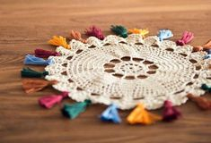 Individual de crochet con borlas de lana Cool Diy Projects, Macrame, Crochet Earrings, Chokers, Cool Stuff, Birthday, Crafts, Jewelry, Ideas