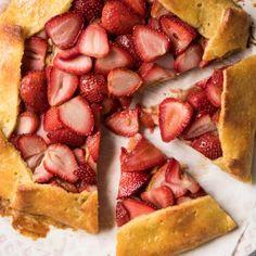 Gluten Free, Low Carb & Keto Strawberry Galette #keto #lowcarb #ketodesserts #glutenfree #healthyrecipes #grainfree