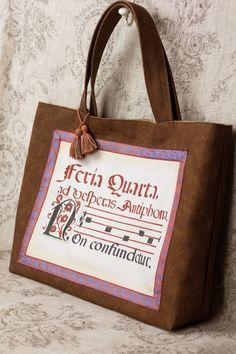 大人のレッスンバッグをイメージして製作したトートバッグです。楽譜やお道具箱、A3ファイルが入る大きさです。本体の生地は強度のある酒袋布です。全体的に濃淡があり、帆布より味わい深い印象です。額縁仕立ての布地は16世紀のグレゴリア聖歌の楽譜(ネウマ譜)を描き...