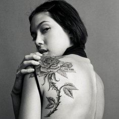 Tatouage femme épaule omoplate rose