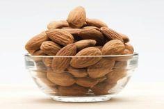 AMANDELEN - Dagelijks een handje (24 stuks) helpt het cholesterol te verlagen en de kans op hart- en vaatziekten en diabetes te verkleinen, veel vitamine E en kalium, rijk aan vezels, geeft een vol gevoel (voorkomt over-eten).