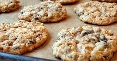 Biscoito fit 1banana gde ou 2 peq.,1xic aveia, 1/4xic de passas. mistiretz num ball, forme os biscoitos,  asse em forma untada