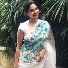 ideas for embroidery dress white beautiful Saree Embroidery Design, Hand Embroidery Dress, Saree Blouse Neck Designs, Saree Blouse Patterns, Saree Jackets, Elegant Saree, Fancy Sarees, Trendy Sarees, Saree Dress