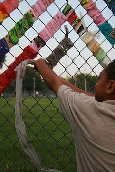 So beautiful and easy you can make a chain link fence € … - fabric crafts Outdoor Classroom, Art Classroom, Chain Link Fence Parts, Chain Fence, Fence Weaving, Fabric Weaving, Fence Fabric, Fence Art, Outdoor Learning