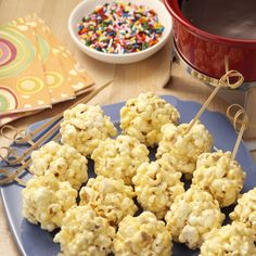 "Sweet N' Saltly snack under 200 calories -- Mini Popcorn Balls with Chocolate ""Fondue"" Fondue Recipes, Popcorn Recipes, Snack Recipes, Dessert Recipes, Fondue Ideas, Popcorn Toppings, Easy Snacks, Yummy Snacks, Delicious Desserts"
