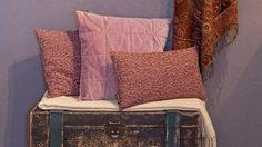 slik-maler-du-tapet Couch, Throw Pillows, Furniture, Home Decor, Settee, Toss Pillows, Decoration Home, Sofa, Cushions