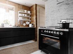 Hirsimökin keittiö sai mustavalkoisen päivityksen. Kokkaustarpeisiin sopiva kaasuliesi löytyi Gasumin valikoimasta. Ilve Professional Plus Nostalgie on kokkaajan unelma: neljä poltinta, frytop-paistotaso, monitoimisähköuuni, liukuvat uunikiskot, iso pizzakivi ja grillivarrasteline. #habitare2014 #design #sisustus #messut #helsinki #messukeskus