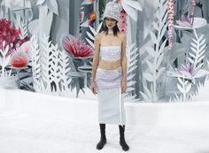 Bauchfrei und mit Hut: Look bei Chanel.