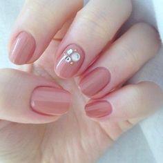 艶感のあるピンクベージュの色合いが絶妙。中指だけにストーンをのせてポイントに。きちんと感もあるので、オフィスネイルにもぴったり♪