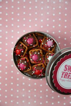 Sweets in a tin with free printable from http://divinepartyconcepts.com/2011/02/10/valentines-day-food/