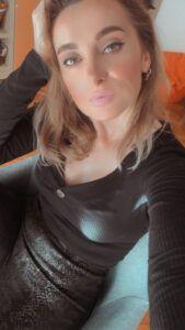 De ce avem o nevoie constantă de nou? - Izabella Cete Turtle Neck, Sweaters, Fashion, Moda, Fashion Styles, Sweater, Fashion Illustrations, Sweatshirts, Pullover Sweaters