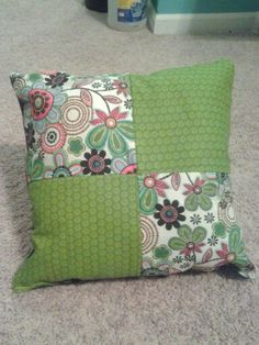 A beautiful pillow pattern! Very easy sew! Sewing Pillows, Diy Pillows, Decorative Pillows, Diy Cushion Covers, Cushion Cover Designs, Cute Cushions, Throw Cushions, Patchwork Cushion, Quilted Pillow