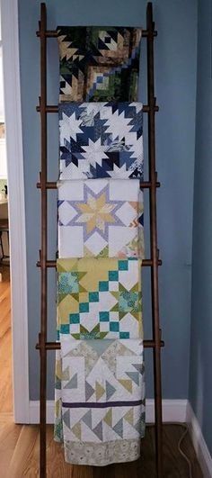 Antique ladder for quilt display Hanging Quilts, String Quilts, Quilt Storage, Blanket Storage, Blanket Rack, Quilt Hangers, Quilt Racks, Quilt Display, Fabric Display