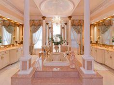Uma sala de banho inspirada na realeza ! #banho #banheira #decoração #casa #imóvel #luxo #real #dourado