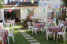 Decoração de festa junina - mesas com chita, fogueira e bandeirinhas