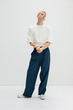 Highlights Modish Casual Wear for the 2017 Spring/Summer Season: Loose-fitting garments made from high quality Japanese fabrics. Fashion Poses, Fashion Week, Look Fashion, Fashion Design, Fashion Guide, Streetwear, Unisex Fashion, Mens Fashion, Summer Lookbook