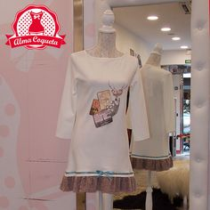 Vestido blanco de manga francesa con estampado en tonos rosas, parte de abajo como de borreguito rosa con adorno de lazo en azul. Vestido con mucha caída que sienta como un guante, ideal para usarlo en otoño o en invierno si no eres muy friolera #moda #vestido #fashion #retro #blanco #rosa #estampado #almacoqueta #leonesp #otoño #invierno #algodon
