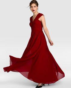 Vestido largo en color rojo. Tiene escote halter cruzado en la espalda, cuerpo drapeado, forro a tono y cierre de cremallera invisible en la espalda.