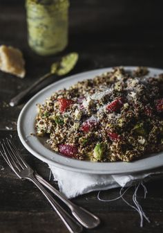 Salade de quinoa deux couleurs, fraises, feta et pesto de pistaches. Recipe is in French, but it's pretty easy to understand, even if you don't speak French! Vegetarian Recipes, Cooking Recipes, Healthy Recipes, Cooking Tips, Healthy Meals To Cook, Healthy Eating, Couscous Rice, Pistachio Pesto, Vegetarian Cooking