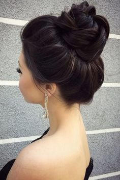 wedding bun hairstyles simple elegant high bun hairstyles_ideas Bun hairstyles are the most popular wedding hairdos. They are good for different hair length. Get inspired with our collection of wedding bun hairstyles. High Bun Hairstyles, Wedding Bun Hairstyles, Hairdo Wedding, Pretty Hairstyles, High Updo Wedding, Wedding Crowns, Teenage Hairstyles, Hairstyle Ideas, Elegant Wedding