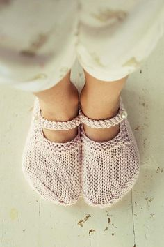 i need a knitting fairy godmother to make me these slippers. among other things. Diy Tricot Crochet, Knitted Slippers, Crochet Slippers, Knit Or Crochet, Slipper Socks, Soft Slippers, Knitting Projects, Crochet Projects, Knitting Patterns